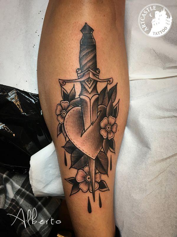 ArtCastleTattoo Tattoo ArtiestAlberto Dagger in heart on leg Traditioneel Traditional