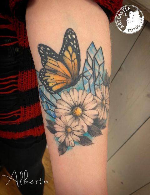 ArtCastleTattoo Tattoo ArtiestAlberto Flowers and butterfly on arm Kleur Color
