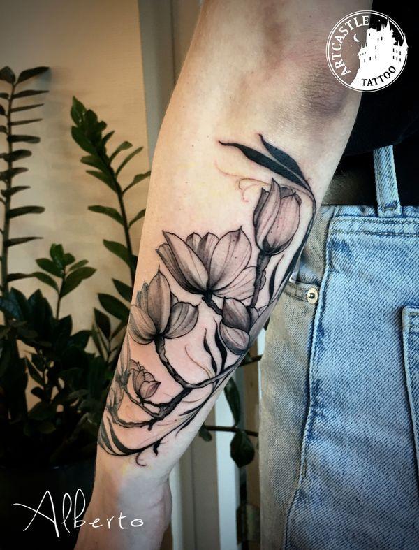 ArtCastleTattoo Tattoo ArtiestAlberto Flowers on arm Traditioneel Traditional