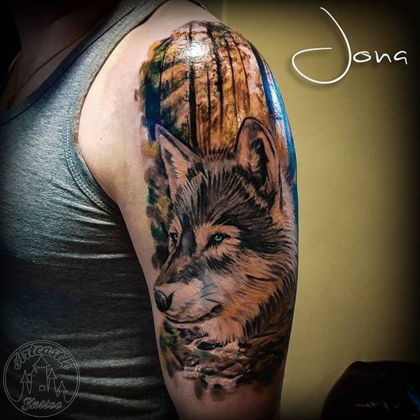 ArtCastleTattoo Tattoo ArtiestJona Color wolf on upper arm. Realisme Realism