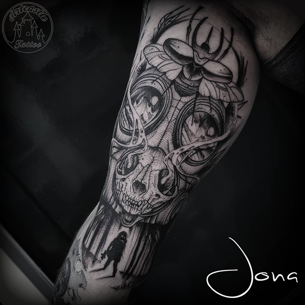 ArtCastleTattoo Tattoo ArtiestJona Gas mask tattoo upper arm Blackwork