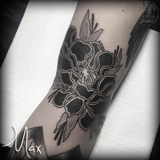 ArtCastleTattoo Tattoo ArtiestMax Blackwork peony flower with dotwork leaves Blackwork