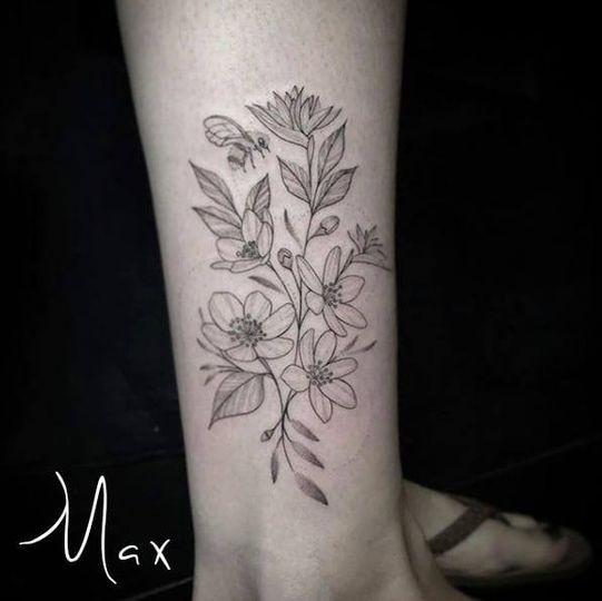 ArtCastleTattoo Tattoo ArtiestMax Flowers on leg