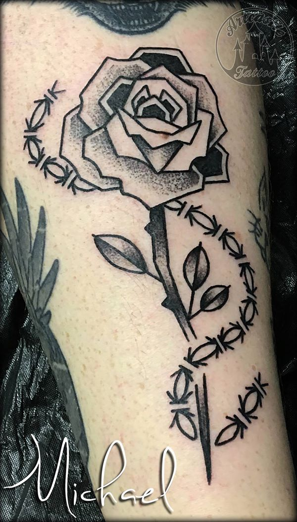 ArtCastleTattoo Tattoo ArtiestMichael Rose with barbed wire tattoo black n grey Roos met Prikkeldraad tattoo black and grey Blackwork