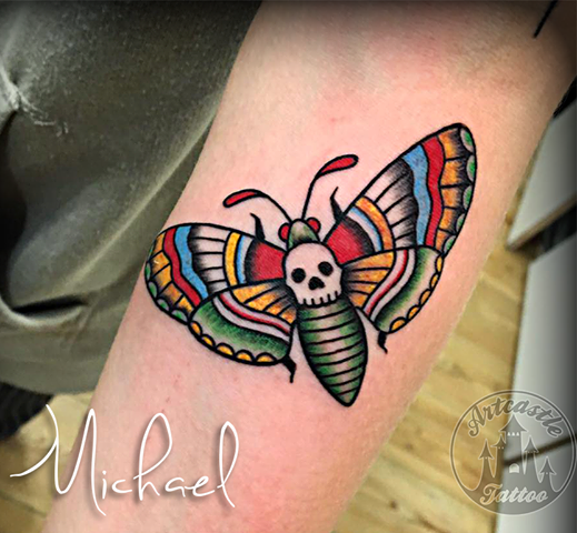 ArtCastleTattoo Tattoo ArtiestMichael Traditional color moth on arm Traditionele mot tattoo in kleur op onderarm Old School