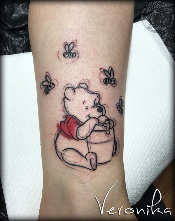 ArtCastleTattoo Tattoo ArtiestVeronika Pooh with bees on ankle Kleur Color