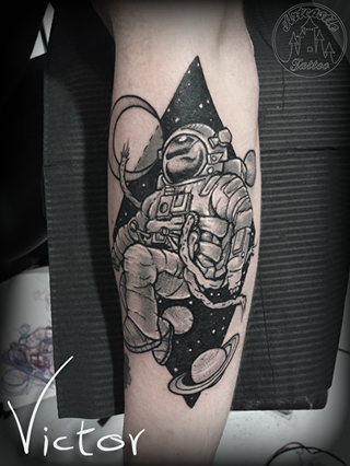 ArtCastleTattoo Tattoo ArtiestVictor Astronaut planets tattoo lowerarm Neo Traditioneel Neo Traditional
