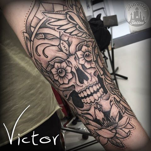 ArtCastleTattoo Tattoo ArtiestVictor Skull with flowers tattoo lowerarm Neo Traditioneel Neo Traditional